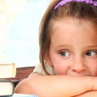 دستان کودک مبتلا به وسواس کندن مو را ماساژ دهید