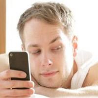 چک کردن گوشی موبایل همسر: صحیح یا غلط؟