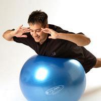 ۱۰ تمرین ورزشی با توپ برای تناسب اندام