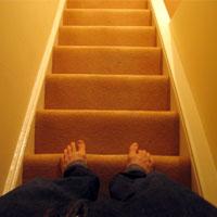کدام یک ضرر بیشتری دارد؟پایین یا بالا رفتن از پله