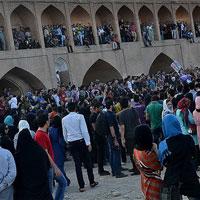 عکس/تجمع حامیان محیط زیست برای سی و سه پل اصفهان