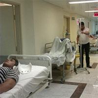 بیماران اورژانسی روی ویلچر منتظر خالی شدن تخت