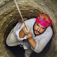 کار در عمق چاه؛ بدون بیمه و اکسیژن