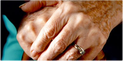 کدام یک از مواد تشکیل دهنده محصولات مراقبتی زیر برای لکههای پوست حاصل از افزایش سن موثر است؟