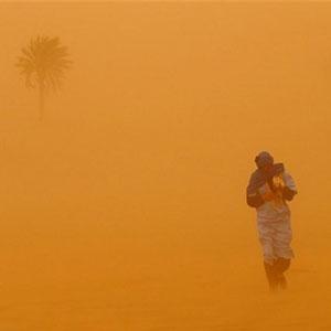 گرد و خاک شدید در بندرعباس/ مدارس تعطیل، پروازها لغو