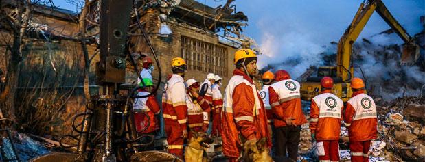 روایت آتش نشانان از کمبودهایی که در عملیاتها دارند/ چرا آتش نشان ها با وجود علم به احتمال ریزش پلاسکو در ساختمان ماندند؟