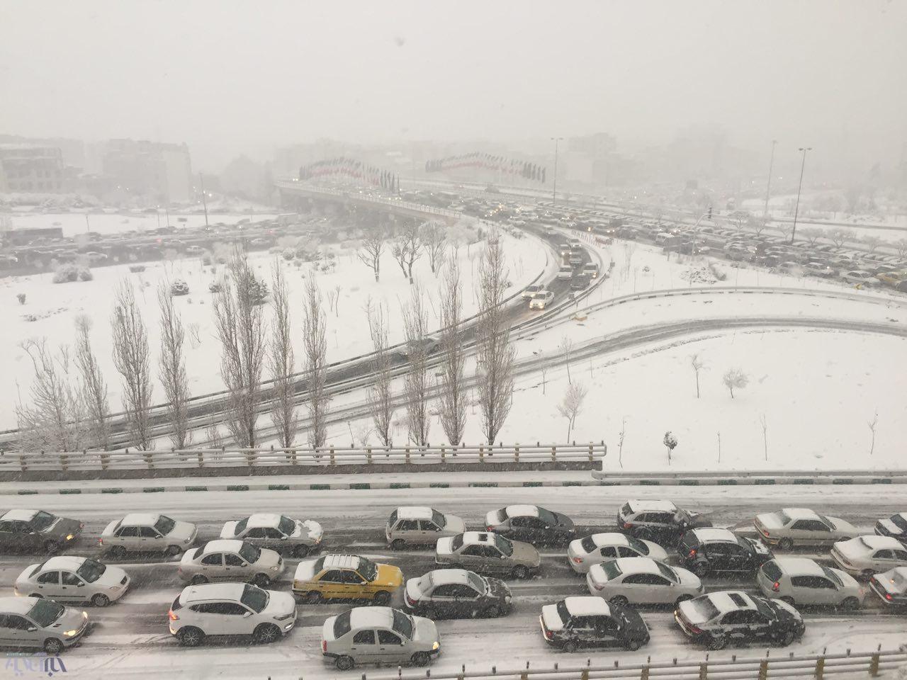 عکس/بارش برف در تهران و ترافیک سنگین در بزرگراهها