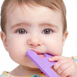 """4 روش طبیعی برای تسکین دردِ """"دندان درآوردن"""" در نوزاد"""