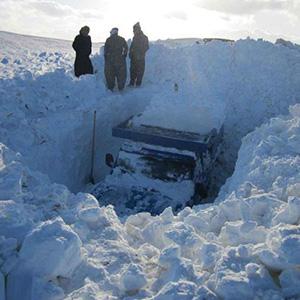 عکس/دفن شدن نیسان زیر برف