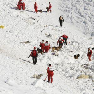 ریزش بهمن در اشترانکوه لرستان روی تیم کوهنوردی/ یک جنازه پیدا شده است