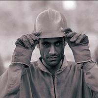 کارگران با جیب خالی مشغول کارند