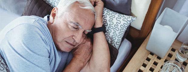 چرا افراد مسن به سختی به خواب میروند؟
